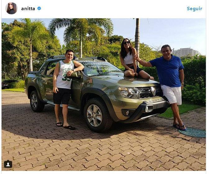 Anitta mostra presente que comprou para o pai (Crédito: Instagram)