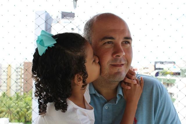 Victor Sarmento ao lado da filha (Crédito: Arquivo Pessoal/G1)