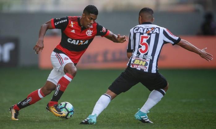 Jogador do Fla tenta driblar Rafael Carioca (Crédito:  Staff Images/Flamengo)