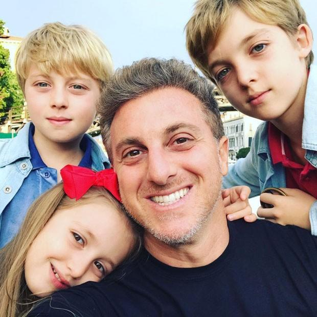 Luciano Huck e os filhos