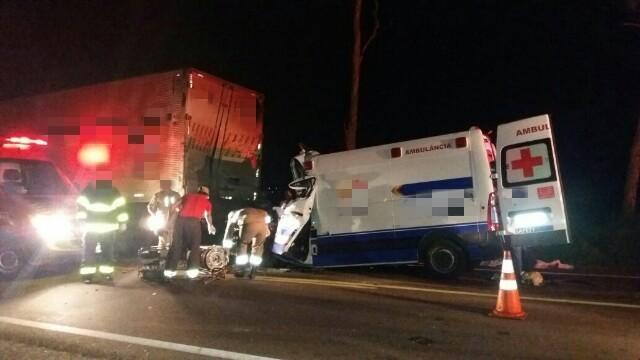 Motorista e paciente morrem após ambulância bater em caminhão na BR-423 (Crédito: Divulgação/PRF)