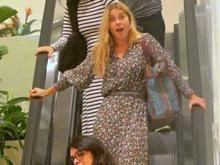 Carolina Dieckmann brinca com fotógrafo ao ser clicada em shopping