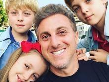 Luciano Huck posa com os 3 filhos em momento raro: 'Orgulho deles'