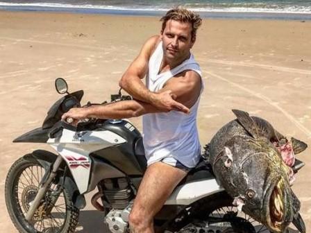 Após publicar foto com peixe ameaçado, Henri Castelli é multado