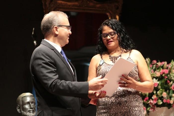 Gari recebeu a homenagem das mãos do prefeito Firmino Filho (Crédito: Renato Bezerra)