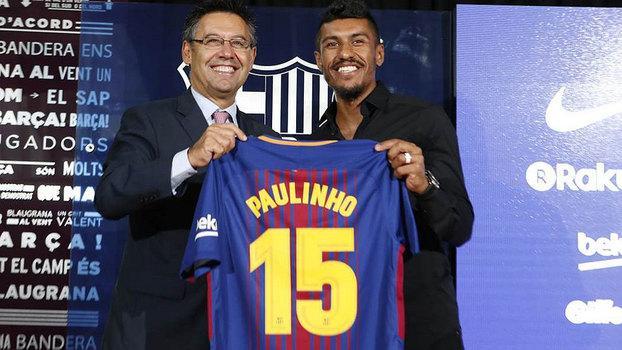 Paulinho recebendo a camisa do Barça (Crédito: Barcelona)