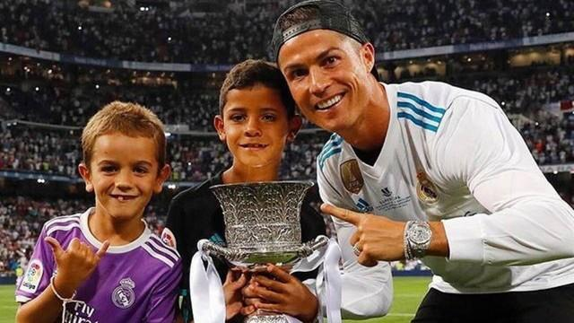 Suspenso e fora da final, CR7 posa com taça de campeão do Real