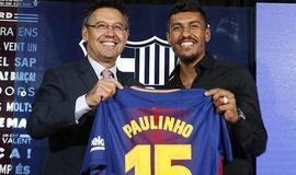 Paulinho recebe camisa do Barcelona, ganha carro e ouve elogio