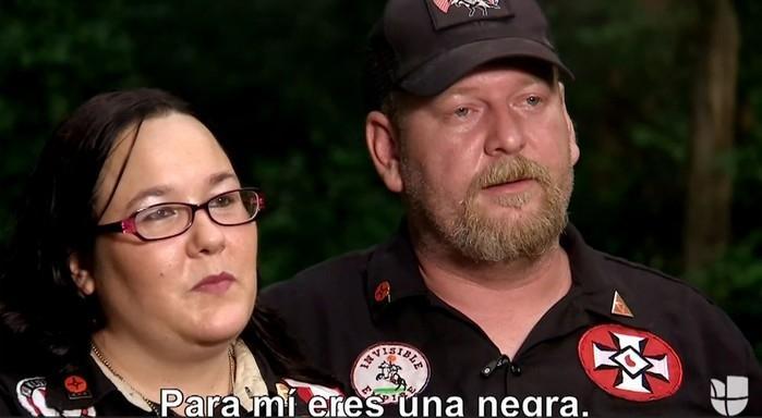 O líder da Ku Klux Klan Chris Barker e sua mulher, Amanda, durante entrevista à jornalista colombiana Ilia Calderón (Crédito: Reprodução/Univision)