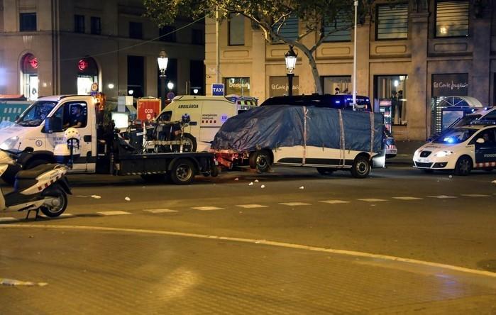 Van usada no ataque terrorista que atropelou dezenas de pessoas é guinchada pela polícia em Barcelona (Crédito:  Sergio Perez / Reuters)
