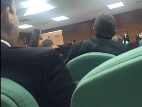 Desembargador ameaça deixar audiência por roupa de advogada