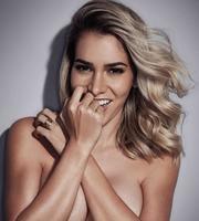 Adriana Sant'Anna faz topless para revista e é eleita musa do verão