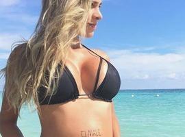 Ex-BBB Rodrigão exibe barrigão de Adriana em praia paradisíaca
