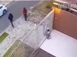 Homem é executado com 15 tiros enquanto brinca com cachorro; vídeo