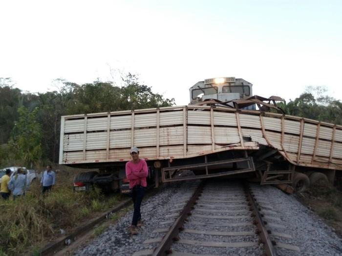 Caminhão e trem bateram na ferrovia Norte-Sul (Crédito: Reprodução)