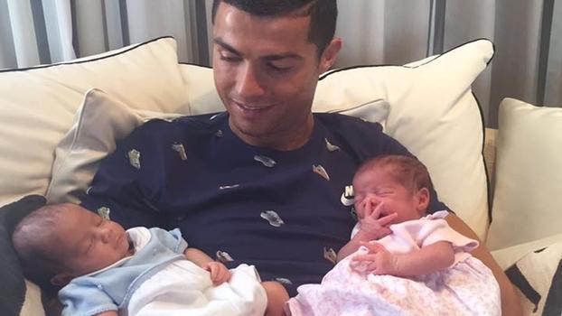 Cristiano Ronaldo já tem três filhos e agora espera pelo quarto (Crédito: Reprodução)