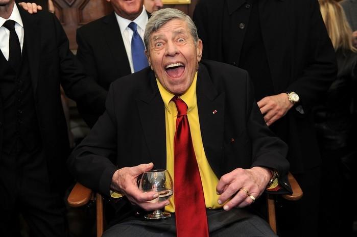 Jerry Lewis brinca com a imprensa pouco antes de sua festa de 90º aniversário, em Nova York, em abril de 2016 (Crédito: Brad Barket/AP)