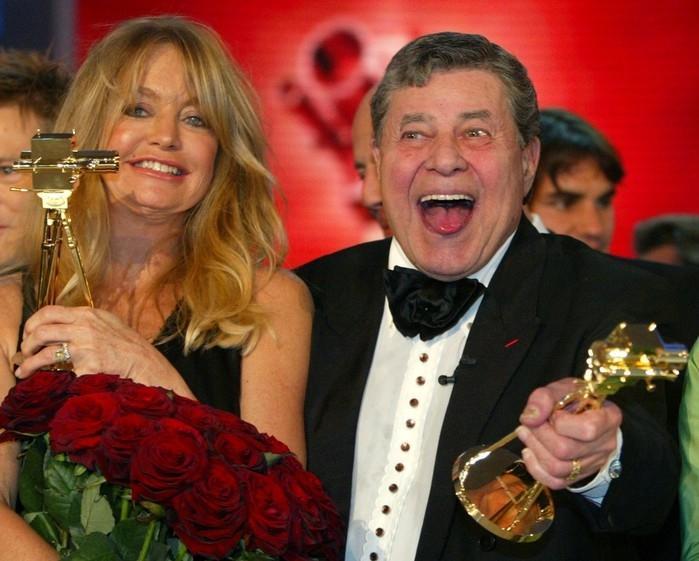 erry Lewis e Goldi Hawn seguram os prêmios 'Câmera de Ouro' que ganharam em Berlim em 2005 pelo conjunto de suas carreiras (Crédito: Fabrizio Bensch/Reuters)