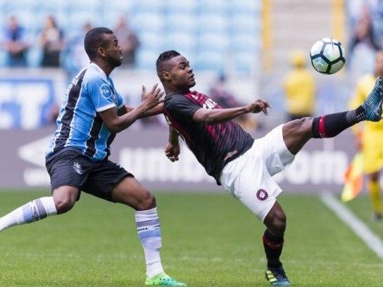 Com time reserva, Grêmio empata com Atlético-PR e segue vice-líder