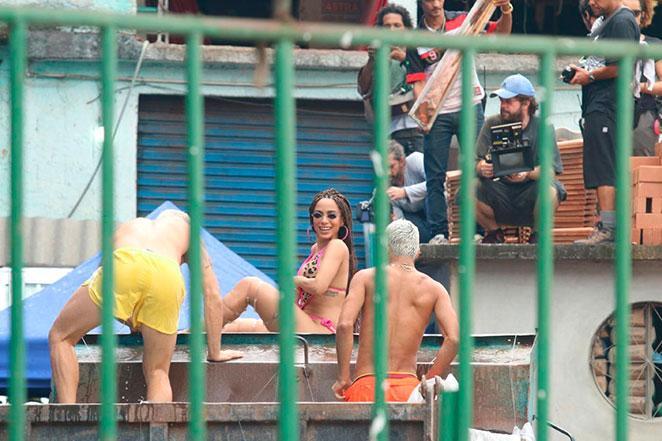 Anita investe em biquíni de 'fita isolante' (Crédito: AgNews)
