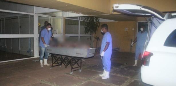 Corpos são retirados da faculdade desativada (Crédito: Polícia Civil de Minas Gerais)