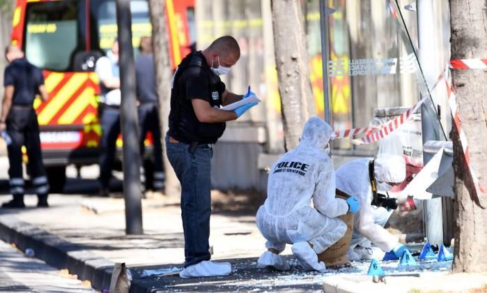 Polícia forense investiga cena de suposto atropelamento  (Crédito: BORIS HORVAT / AFP  )