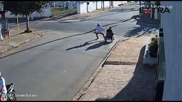 """Vídeo flagra ladrões assaltando cadeirante:""""Levaram meus rémedios"""" (Crédito: Reprodução)"""
