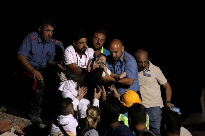 Resgatistas retiraram bebê de escombros nesta terça-feira (22) na ilha de Isquia, na Itália  (Crédito: Antonio Dilaurenzo/Reuters )