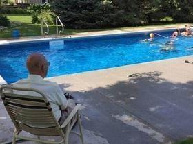 Viúvo constrói piscina para reunir os vizinhos e não ficar sozinho