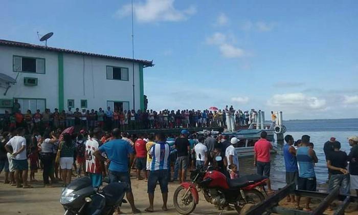 Pessoas observam o navio tombado após naufrágio Rio Xingu (Crédito: Paulo Vieira / Arquivo Pessoal))