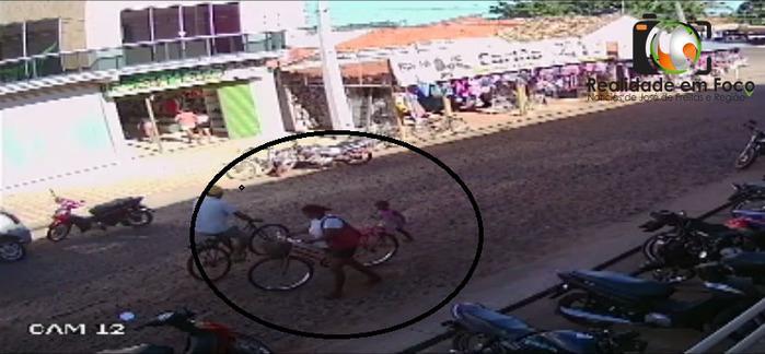 Câmera flagra mulher com criança furtando bicicleta em JF
