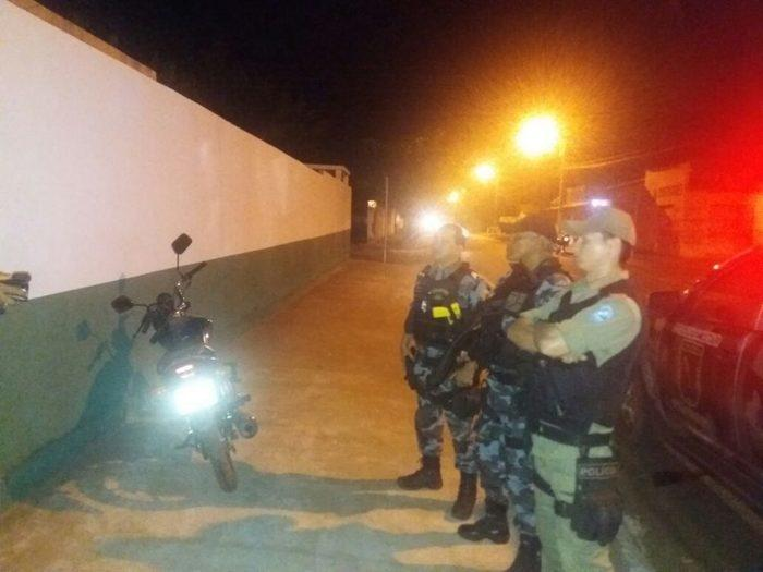 Homem embriagado tem moto apreendida após tentar atropelar policial
