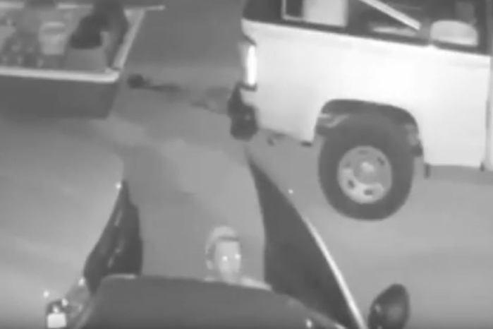 Bandido dá um tempo no assalto para fazer sexo com a comparsa