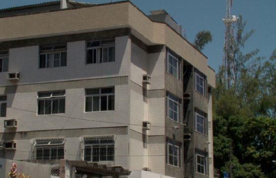 Prédio onde o homem mantinha a família em cárcere  (Crédito: TV Jangadeiro)
