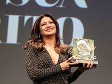 Dira Paes é homenageada com troféu Oscarito no Festival de Gramado
