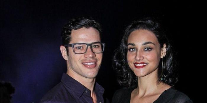 José Loreto divide cremes com a mulher, Débora Nascimento