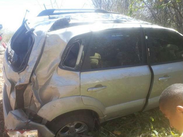 Veículo envolvido em acidente na BR-135 próximo de Alvorada do Gurgueia (Crédito: Portal B1)