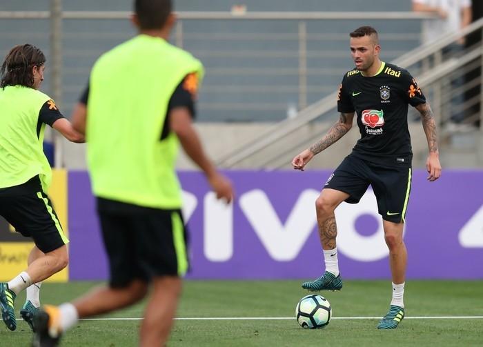 Luan encara marcação em treino da seleção brasileira (Crédito: CBF)