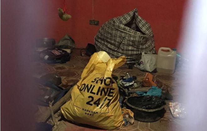 A polícia achou diversas partes de corpos humanos em uma batida na casa de um curandeiro (Crédito: BBC)