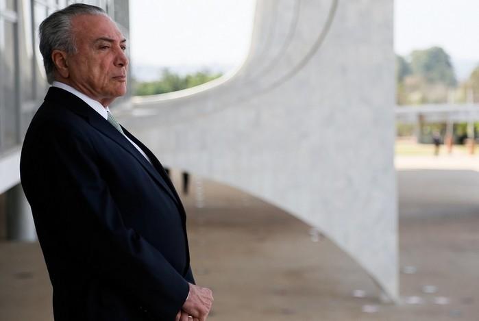 Imagem mostra o presidente Michel Temer na área externa do Palácio do Planalto  (Crédito: Beto Barata/PR)