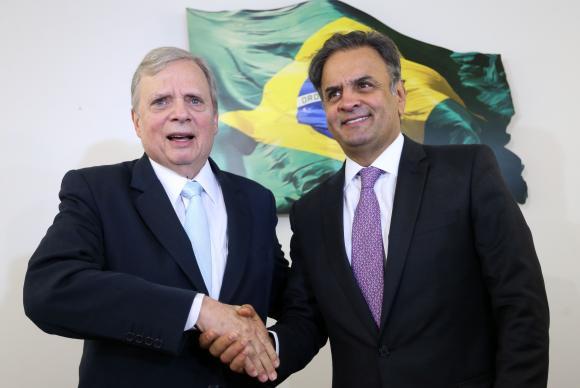 O presidente licenciado do PSDB, senador Aécio Neves, anuncia que  Tasso Jereissati permanecerá na presidência interina do partido  (Crédito: Agência Brasil)