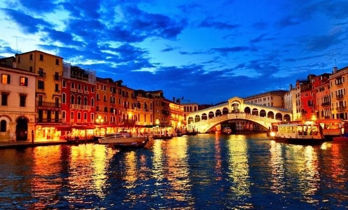 A primeira imagem que vem à cabeça quando se pensa em Veneza são gôndolas viajando pelos seus canais. Mas, como se isso fosse pouco, Veneza, além de ser a cidade das gôndolas, tem uma arquitetura e cultura históricos e únicos, com palácios, igrejas, praças e museus. Tudo acompanhado da excelente gastronomia italiana. (Crédito: Getty Images)