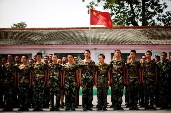 Viciados em inetrnet em campo militar na China (Crédito: Reuters)