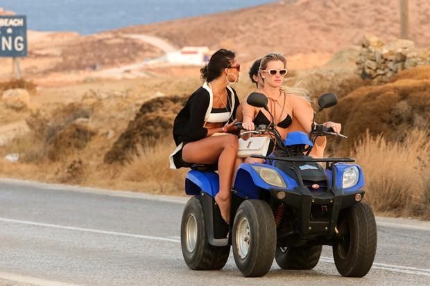 Bruna Marquezine na Grécia (Crédito: The Grosby Group)