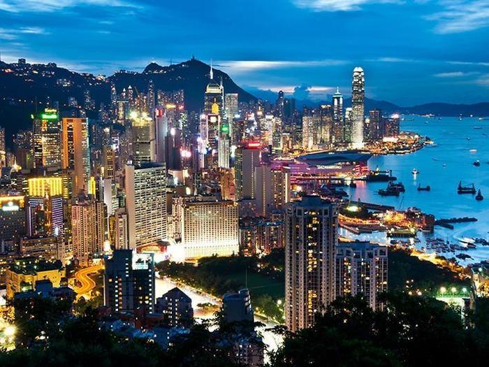 Hong Kong deslumbra pelo seu brilho e pelos seus prédios modernos, sendo a cidade com mais arranha-céus no mundo inteiro. Mais do que isso, a cidade é um festival para todos os sentidos. Fundada por europeus, Hong Kong pertence hoje à China, mas é um mundo à parte do gigante asiático. Moderna e cosmopolita, Hong Kong oferece desde passeios que saem da baía de Victoria até a cultura fervilhante dos mercados locais. (Crédito: divulgação)