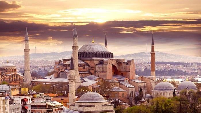 Surpreendente cidade que separa a Europa da Ásia, Istambul tem uma arquitetura que ilustra a mistura cultural da cidade, com a bela Mesquita Azul a poucos passos da não menos bela basílica de Santa Sofia. Cada vez mais são os turistas do mundo inteiro que conferem o valor de Istambul, com sua gastronomia, sua história, mas também sua intensa vida noturna. (Crédito: divulgação)