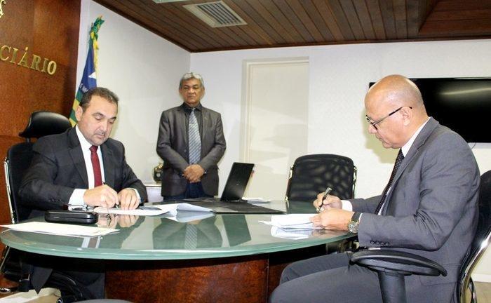 Desembargador Erivan Lopes e o Secretário de Administração, Francisco José Alves da Silva (Crédito: TJ-PI)