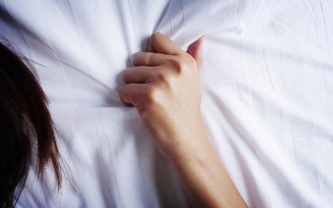 Sexóloga explica que dormir de barriga para baixo aumenta as chances de sentir um orgasmo durante o sono (Crédito: Shutterstock  )