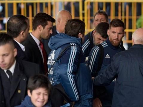 Messi se comove com choro de garoto e pede para segurança buscá-lo