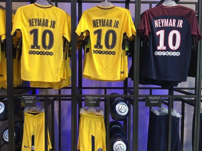 Camisas do craque começam ser vendidas na loja do time (Crédito: Reprodução/twitter PSG)